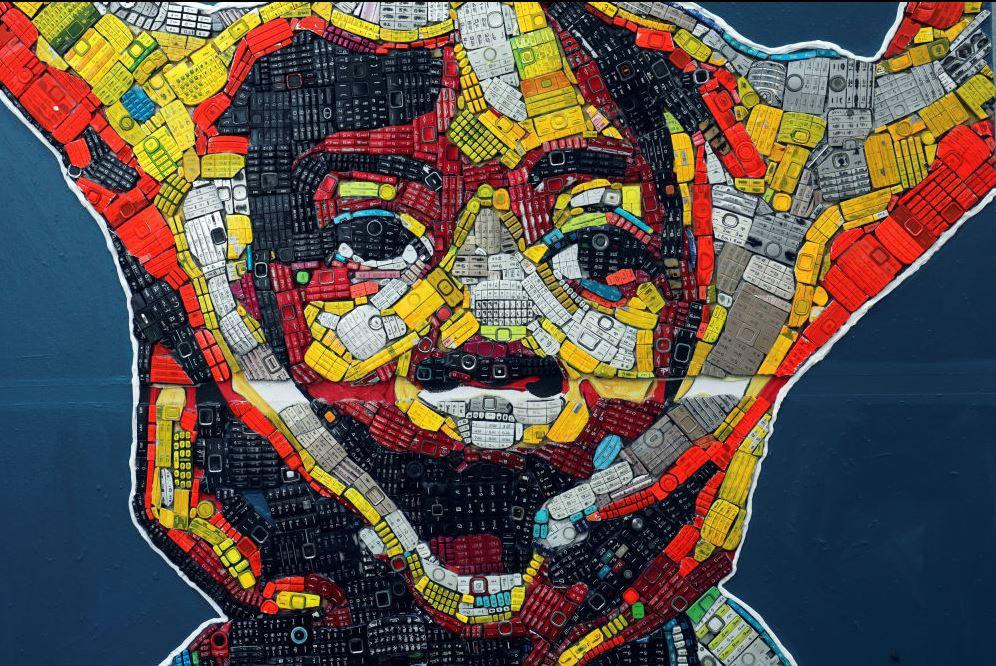 Cet artiste de la Côte d'Ivoire insuffle une nouvelle vie aux déchets électroniques - Abidjan Magazine