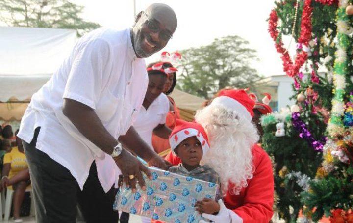 Noël : Le Maire Jean-Marc Yacé couvre de cadeaux 3000 enfants de Cocody