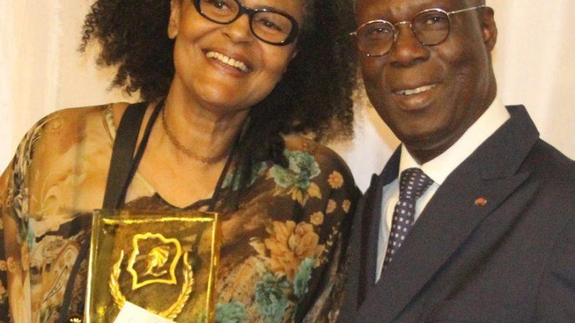 Valérie Oka honorée d'un Prix d'Excellence 2017 par le Ministre de la Culture, Maurice Bandama