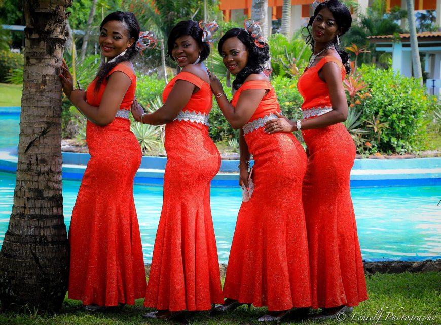 Les jeunes filles d'honneur en robes de gala
