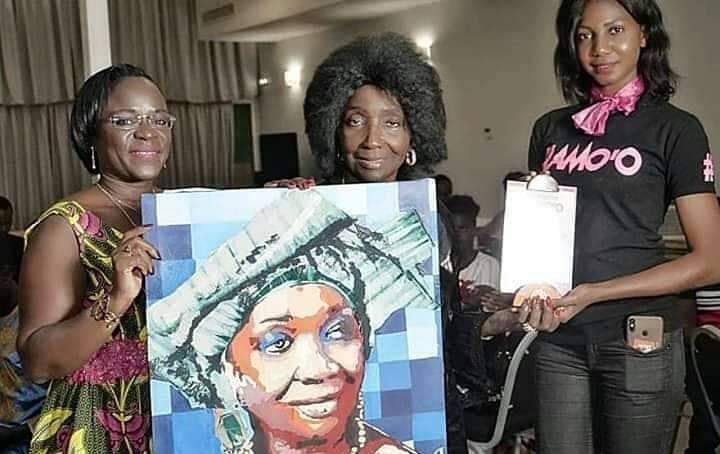 La Diva Aïcha Koné honorée par des femmes leaders á Abidjan