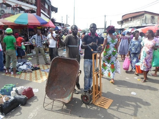 Surles traces des «tantiesbagages » d'Abidjan