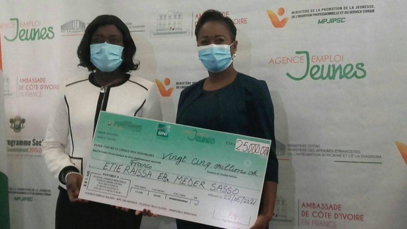 Fonds spécial projets jeunes de la diaspora,les beneficiairesont reçu leurschèquesà Paris